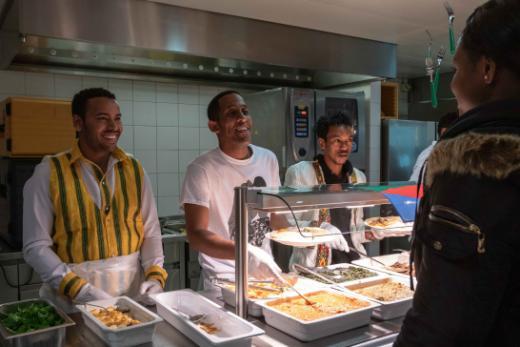 Integrationsvorlehre: traditionelles eritreisches Essen organisiert am Standort «Derrière-les-Remparts» in Freiburg