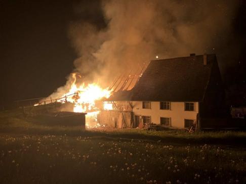 Une ferme en feu à Sâles