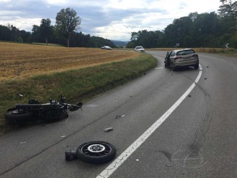 Ein Motorradunfall in Bürglen fordert zwei Verletzte