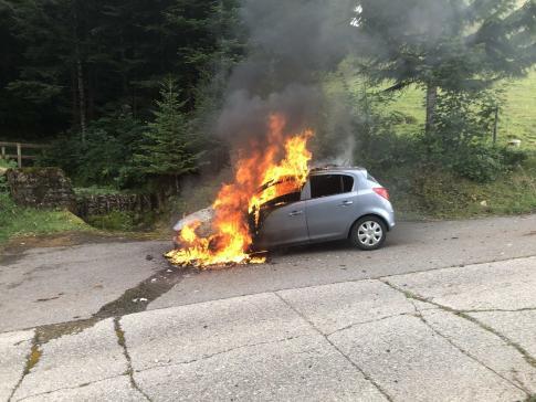 Une voiture en feu à La Tour-de-Trême