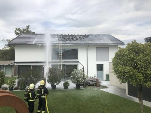 Brand eines Hausdaches in Ried bei Kerzers