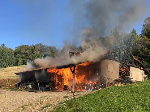 Un chalet détruit par les flammes à Semsales