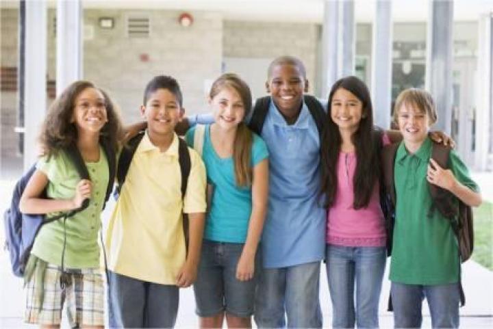 groupe d'élèves devant une école