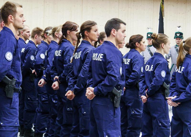 Aspirants de la police cantonale Fribourg en rangs