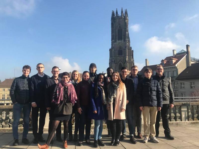 Les membres du Conseil des jeunes avec en arrière-fond la cathédrale
