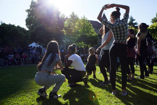 A Bulle, les agent-e-s sympas investissent un parc pour la fête de la musique.