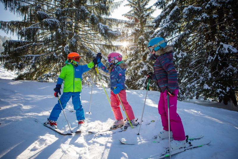 Kinder auf dem Schnee
