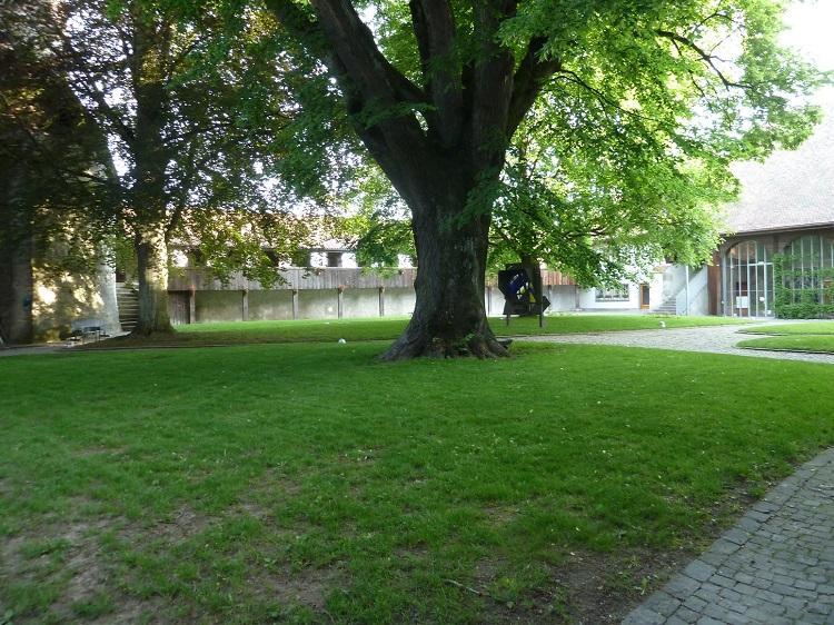 Cour du château de Romont avec en arrière plan le chemin de ronde et le vitrocentre