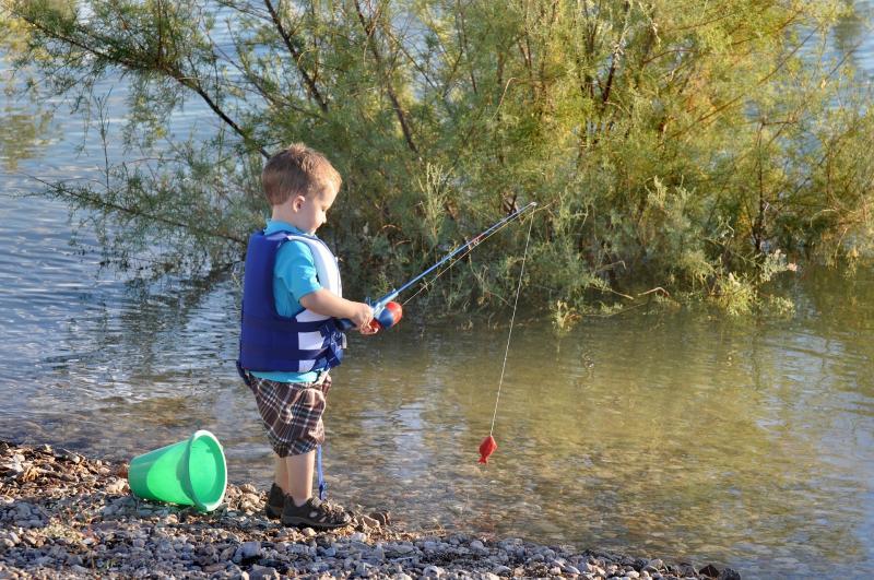 Un enfant en train de pêcher