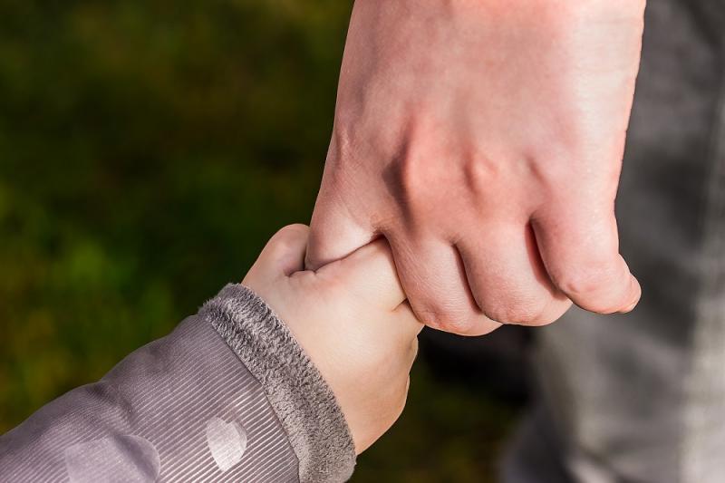 Prendre un enfant par la main