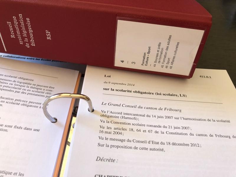 recueil systématique de la législation fribourgeoise ouvert à la page de la loi scolaire ou