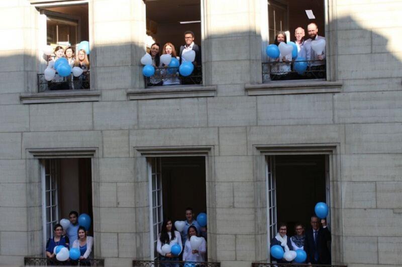 Le personnel de la Préfecture de la Sarine aux fenêtres de la préfecture