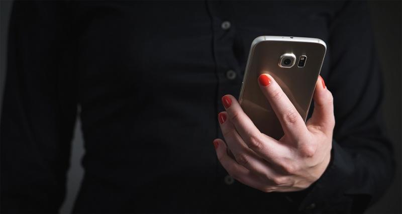 Une femme tient un téléphone
