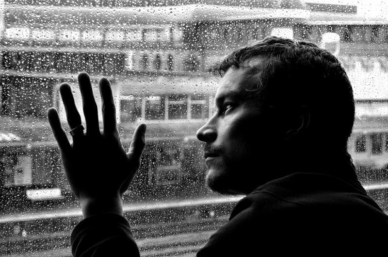 Homme derrière vitre
