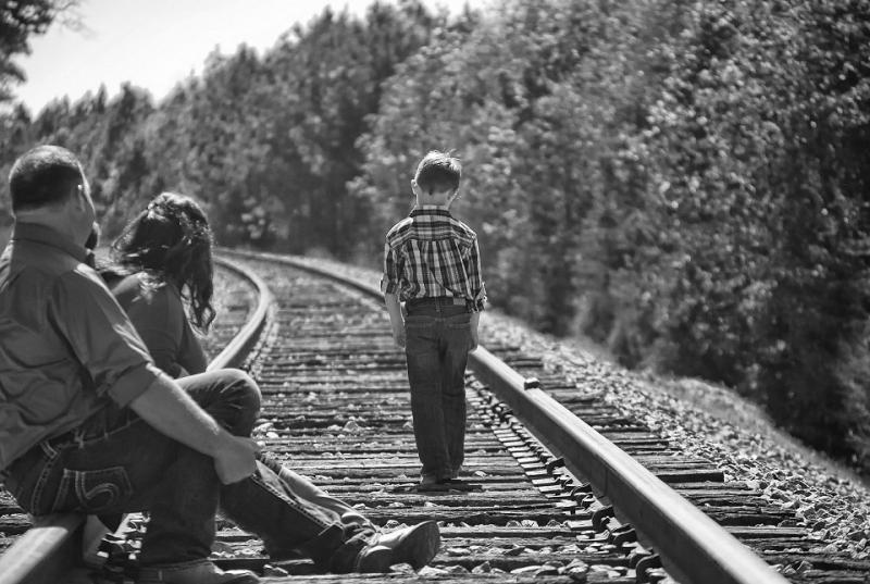 Enfant marchant sur une voie de chemin de fer