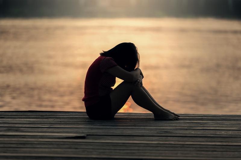 Adolescente triste sur un ponton
