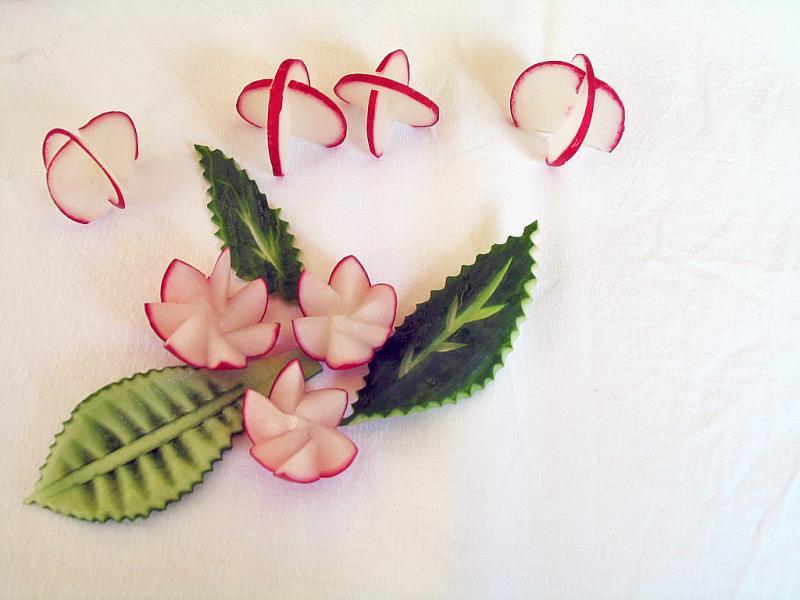 Dekoration mit Radieschen und Gurken