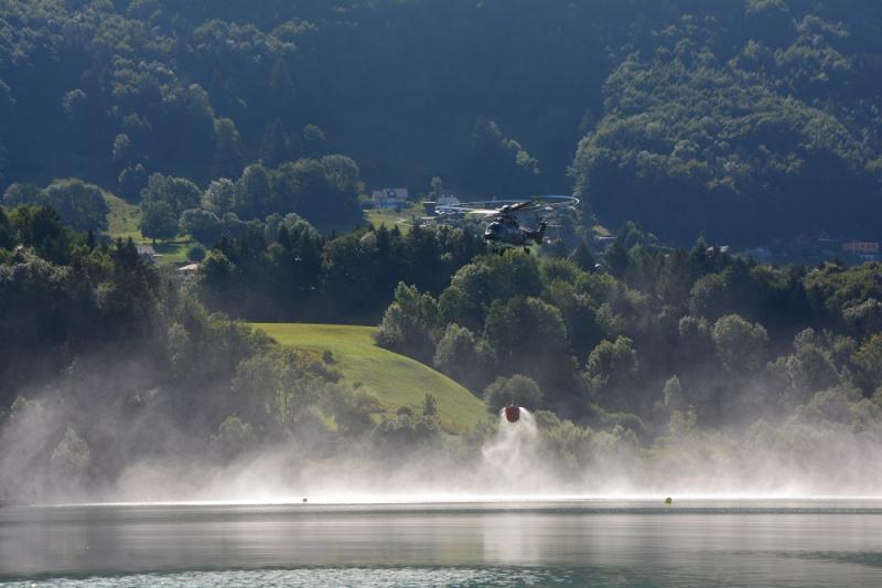 Héliportage d'eau au-dessus du lac de la Gruyère