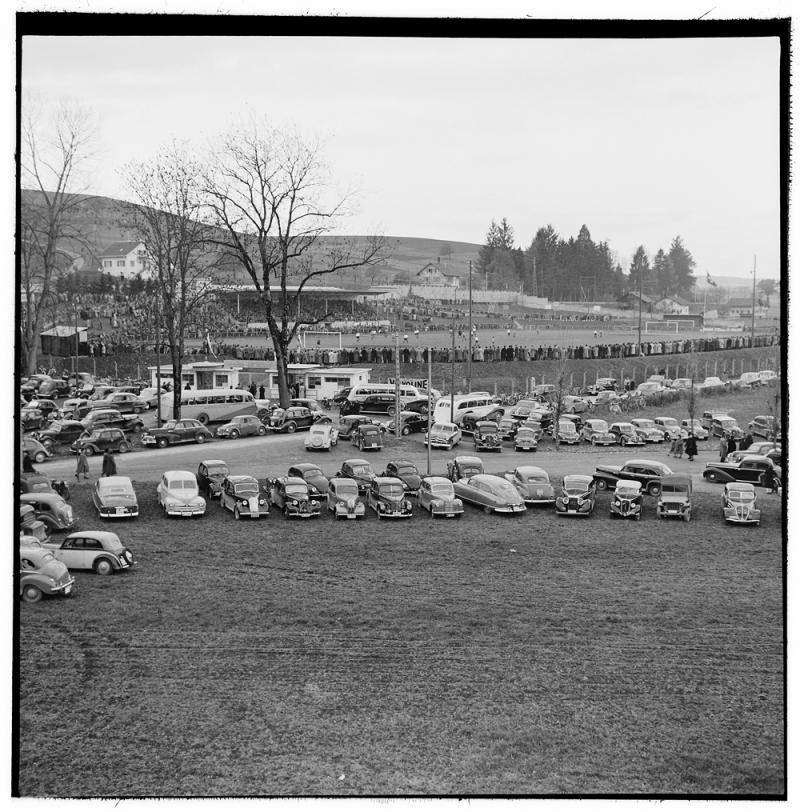 La foule au stade Saint-Léonard à Fribourg pour un match de football en 1949.