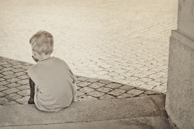 Enfant assis seul