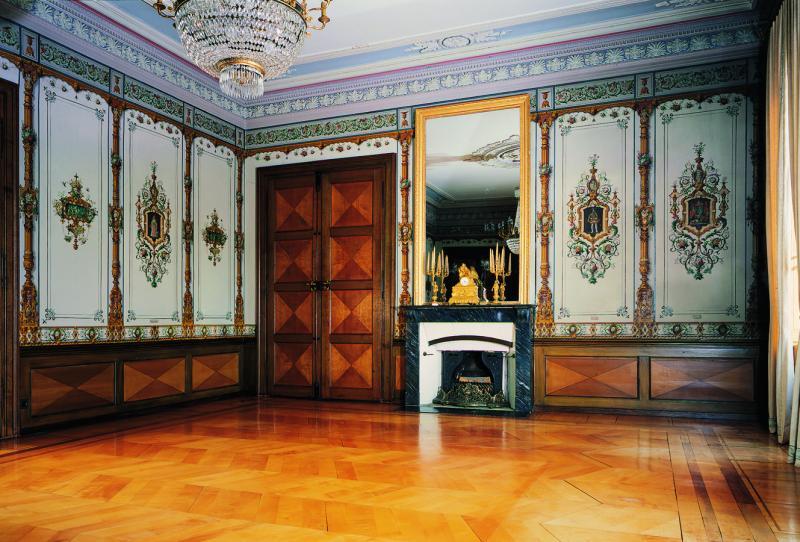 Grosser Saal des Hauses des Barons Alfred d'Alt, 1836-1839 nach Plänen von Henri Perregaux erbaut, überarbeitet vom Pater Grégoire Girard, mit Neorenaissance-Tapeten der Pariser Manufaktur Délicourt & Cie.