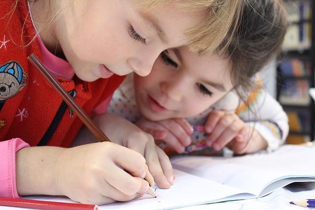 photo d'enfants qui apprennent à écrire