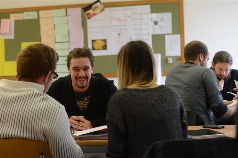 Das Bild zeigt einige Schüler