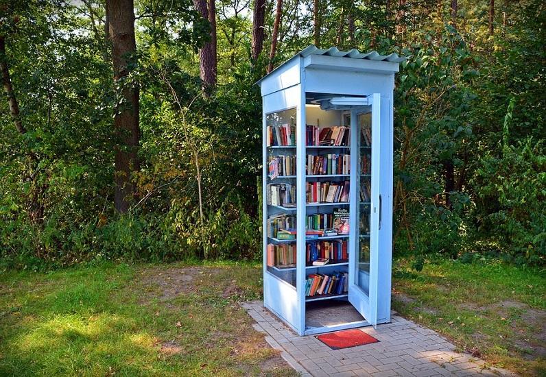 Cabine téléphonique avec livres