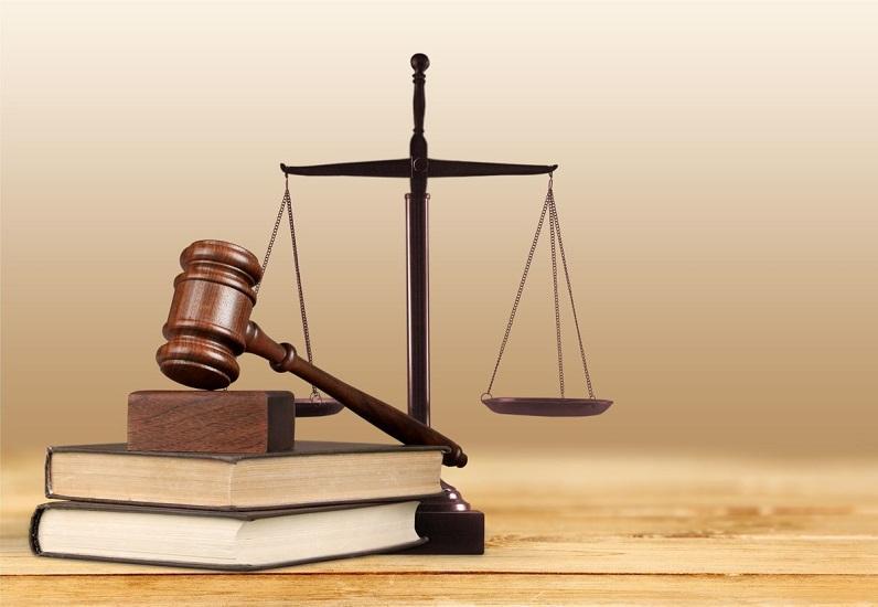Justizwaage und Richterhammer