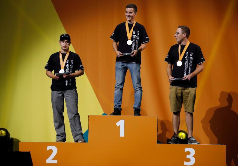 Zwei Freiburger Medaillen bei den Automobil-Mechatronikern. Gold für Florent Lacilla aus Cottens und Bronze für Steve Rolle aus Farvagny