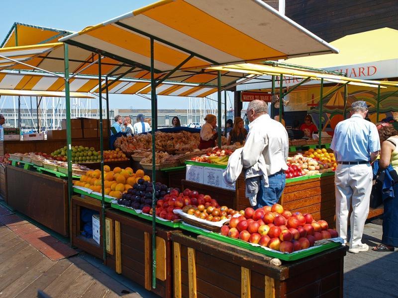 Das Photo zeigt einen Marktstand mit Früchten und Gemüse