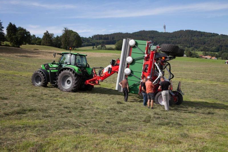 Discussion autour d'une machine agricole