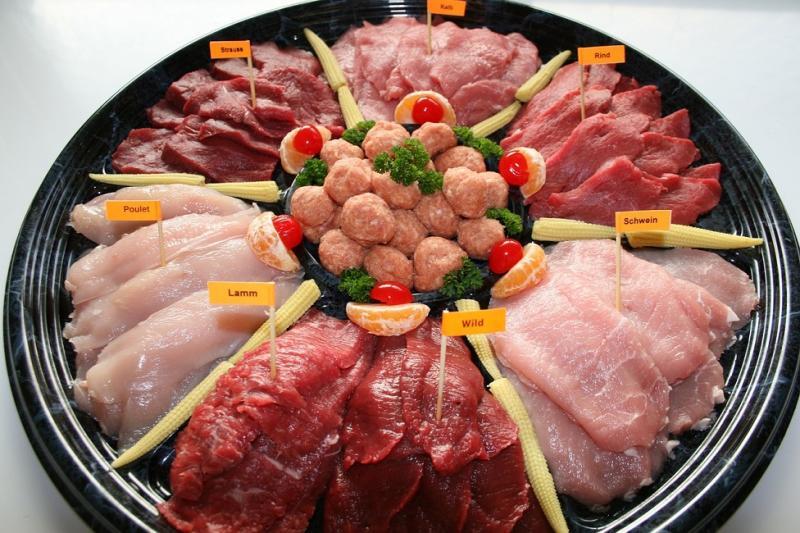 la photo représente un plat de viandes différentes pour fondue chinoise