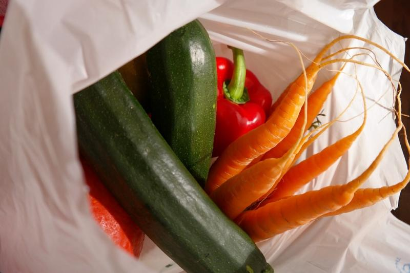 Zucchini, Karotten und Pfeffer in einer Einkaufstasche