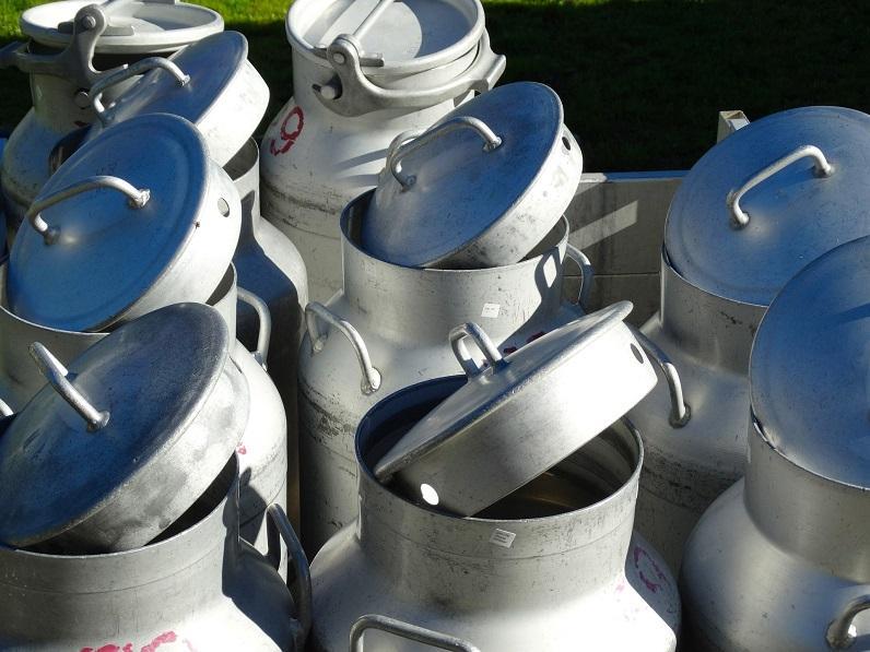 Photo mit mehreren leeren Milchkannen