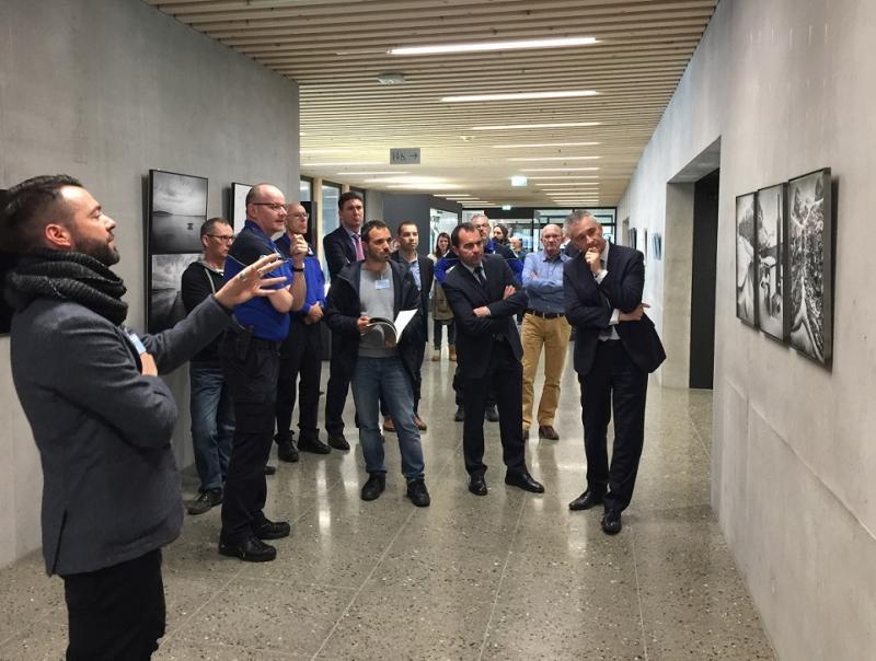 """Vernissage de l'exposition des œuvres de """"2m2"""" dans le nouveau bâtiment de la police cantonale"""