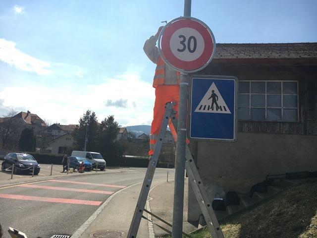 Einbau eines Straßenschildes bei 30 km/h