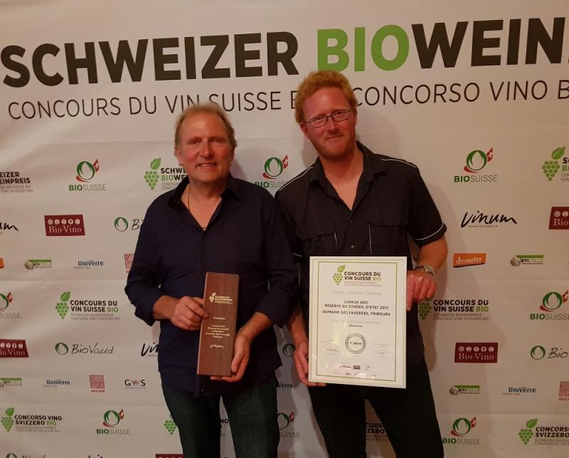 Gérald Vallélian, vigneron et œnologue, et son fils Fabien, chef de culture au Domaine des Faverges