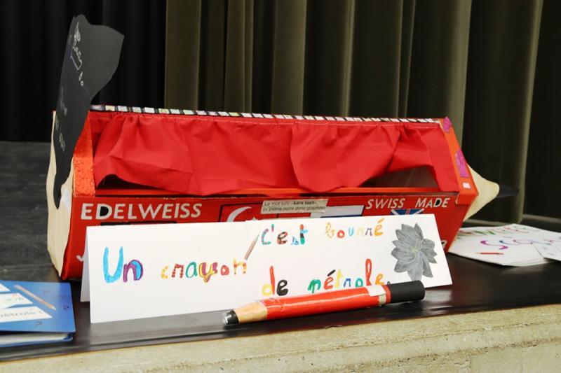 photo d'une réalisation d'élèves qui représente un crayon papier