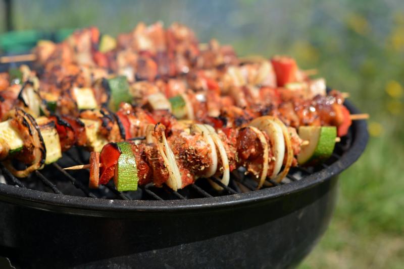L'image montre des brochettes de viande sur un grill