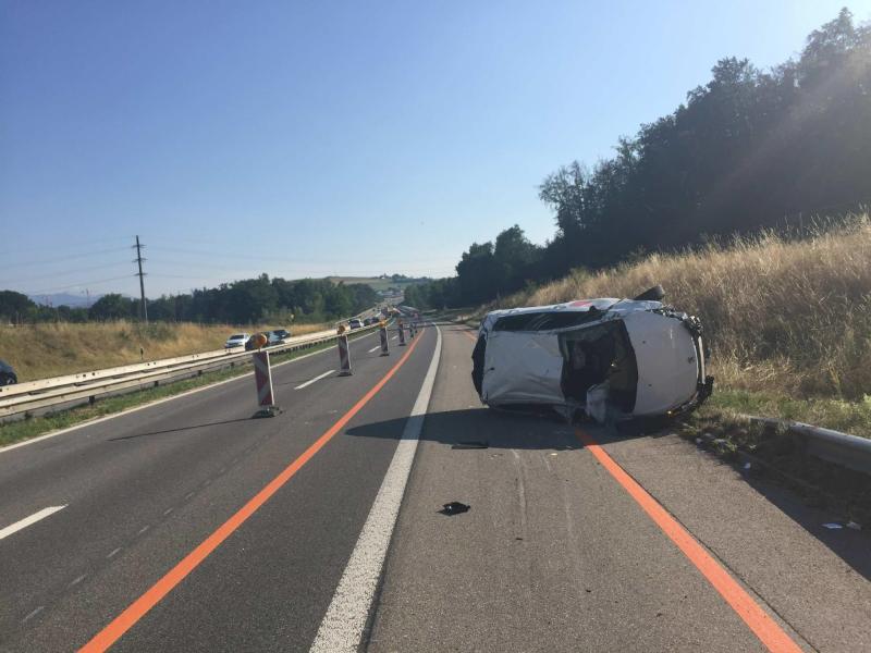 Zwei Verletzte bei einem Verkehrsunfall auf der A12 in Düdingen