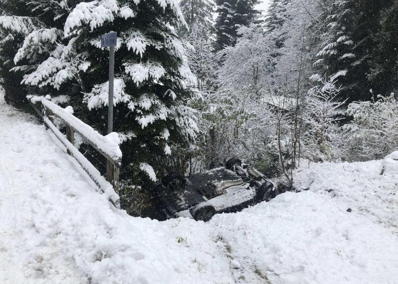 Embardée suite aux conditions météorologiques à Les Paccots / Schleuderunfall infolge meteorologischer Bedingungen in Les Paccots