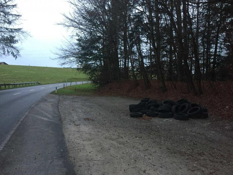 Cinq décharges illégales de pneus usagés découvertes en Singine – appel à témoin / Fünf illegale Altreifen-Deponien im Sensebezirk entdeckt – Zeugenaufruf