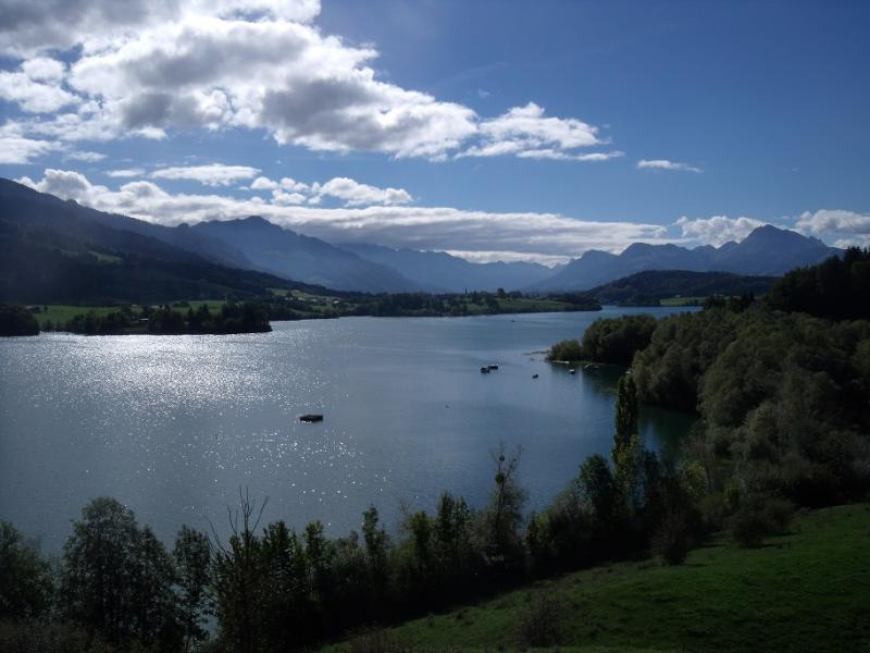 Vue sur le lac de la Gruyère depuis Avry-devant-Pont