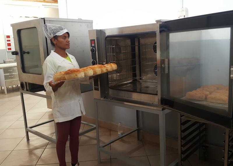 Personne en formation devant un four à pain