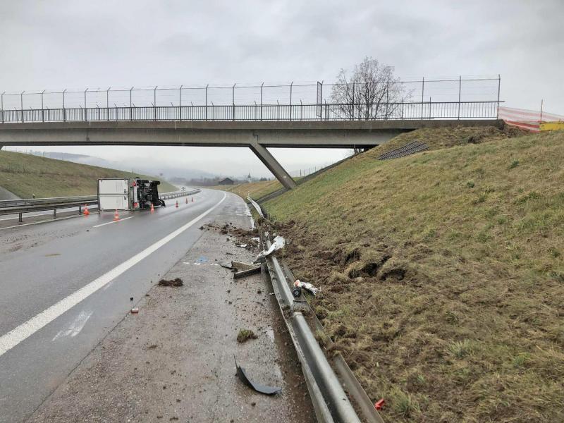 Embardée d'un véhicule de livraison sur l'A12 à Marsens