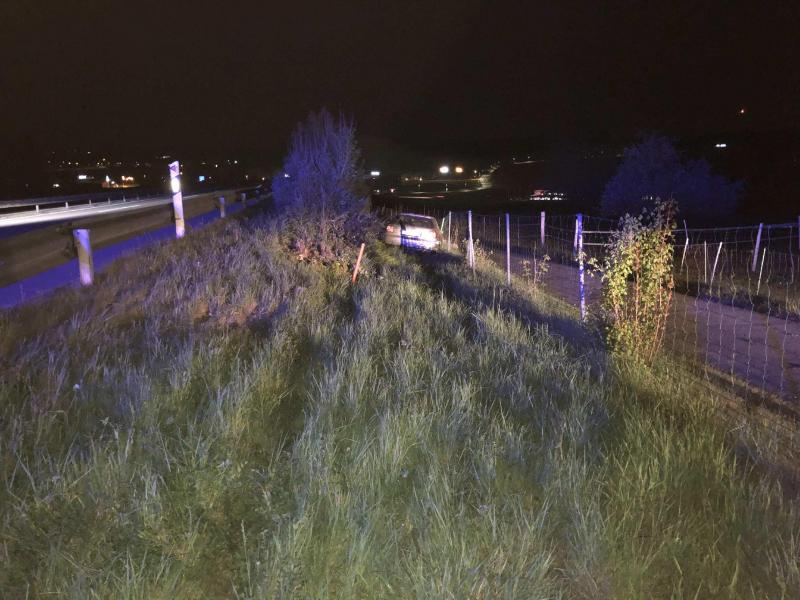 Un conducteur fait une embardée sur l'A12, à Rossens, et prend la fuite / Ein Autofahrer ergreift nach einem Unfall auf der A12 bei Rossens die Flucht