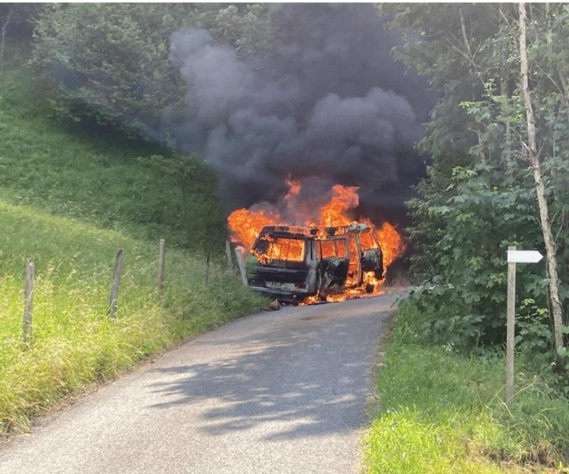 Bus-camping en feu à Zénauva / Campingbus in Vollbrand in Zénauva
