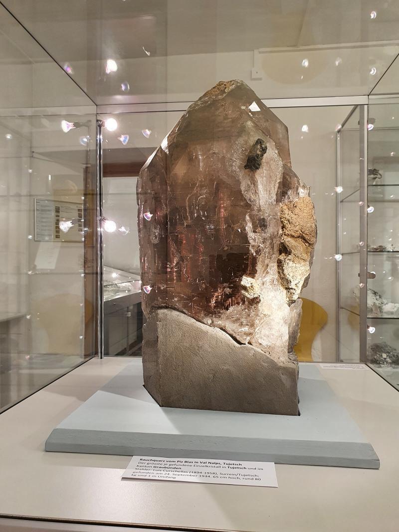 Der Rauchquarz in der Ausstellung im Museum La Truaisch